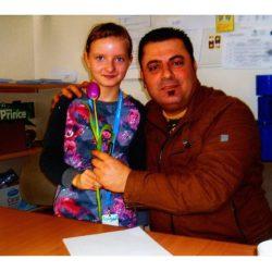 Angelina Borowski mit Dolmetscher Dgwar Galal. | Foto: Diesterweg-Grundschule Derenburg