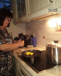 Astrid Reimann beim Kochen