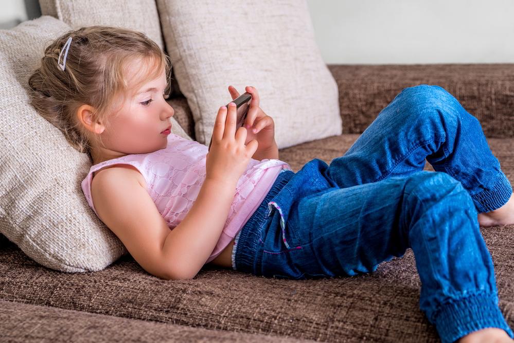 Kind mit Smartphone