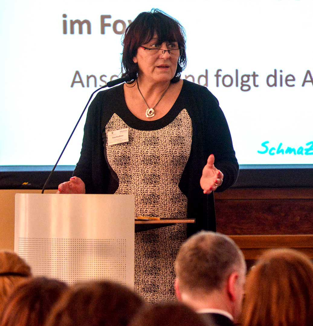 Staatssekretärin Eva Feußner hält das Grußwort.