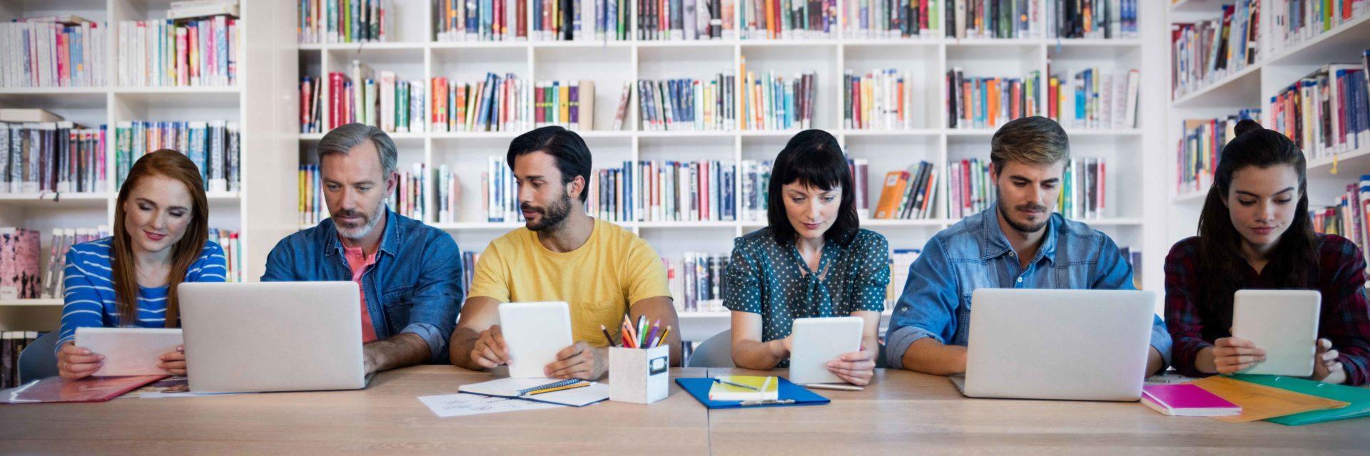Lehrer mit digitalen Geräten