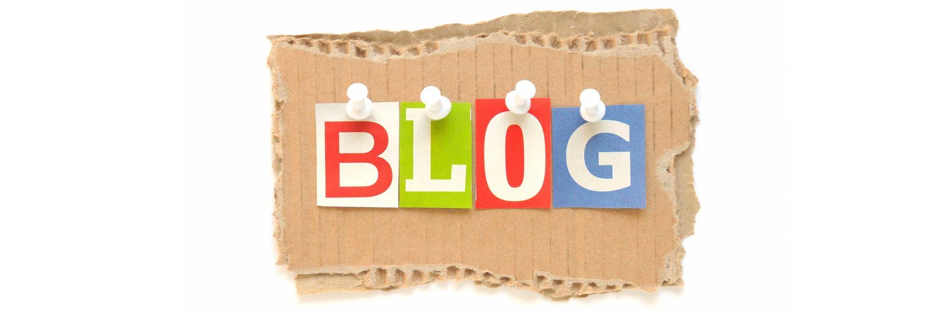 Pappe auf der das Wort Blog angepinnt ist