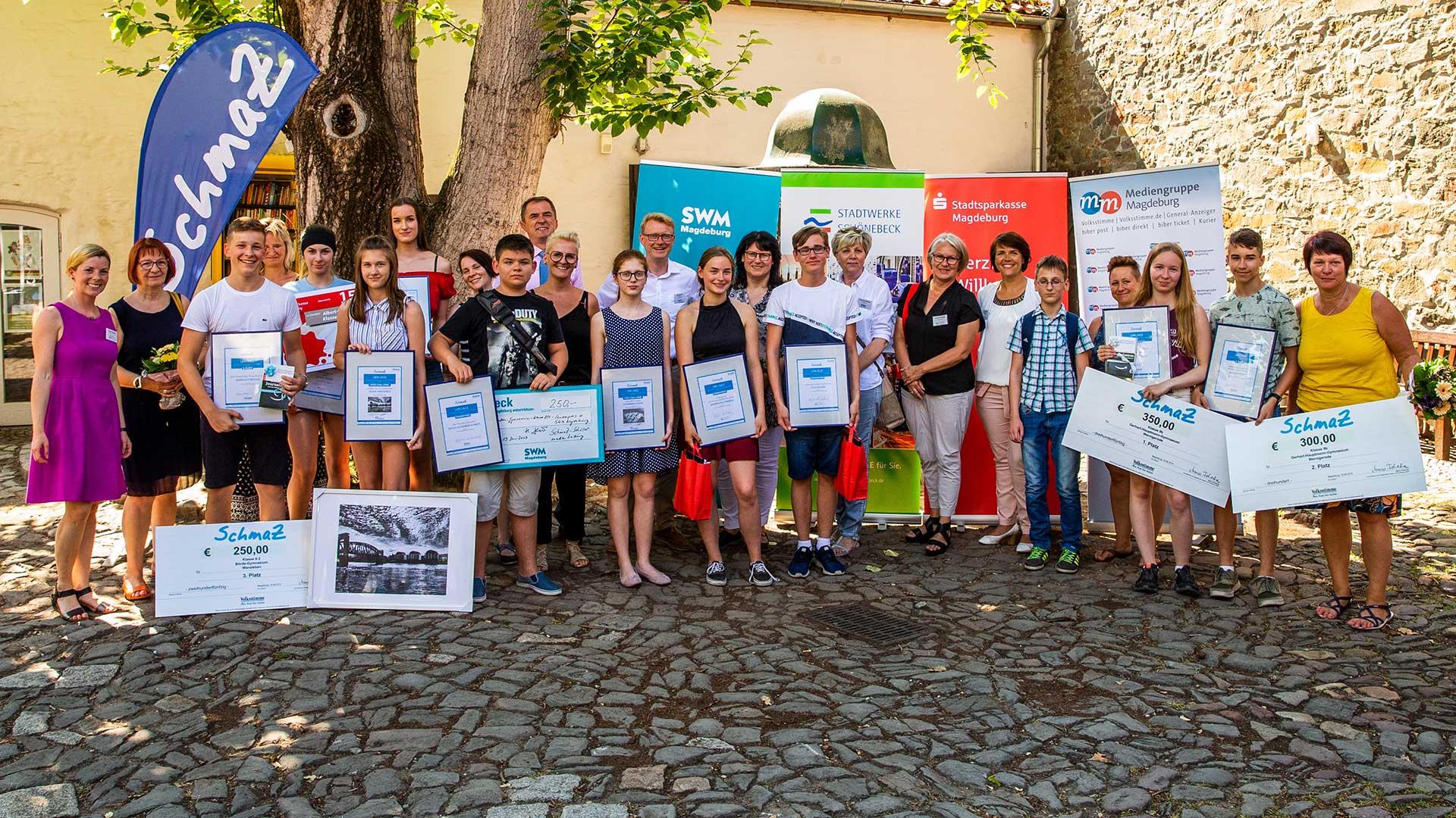 Die Preisträger und Projektpartner von SchmaZ mit Bildungsminister Marco Tullner (Mitte, links) und Volksstimme-Chefredakteur Alois Kösters (Mitte, rechts). Fotos E. Popova