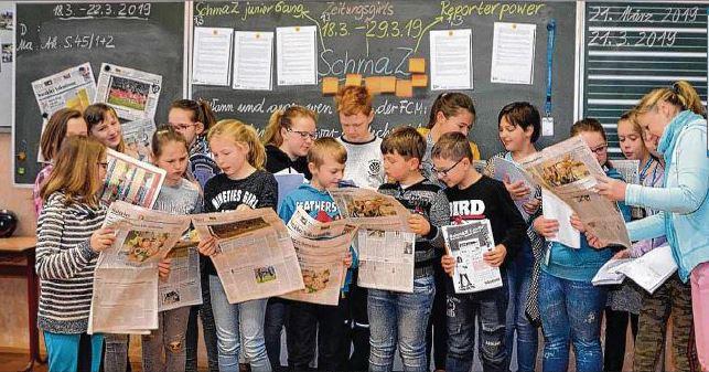 Zusammen mit ihrer Klassenlehrerin Kathrin Schwieger beschäftigen sich die Schüler mit der Volksstimme. Foto: Udo Mechenich