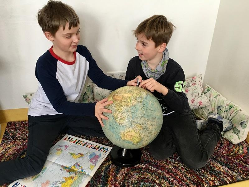 Sebastian Klaus und Henry Braun überlegen was der Klimawandel verursachen kann, Foto Susanne Majewski