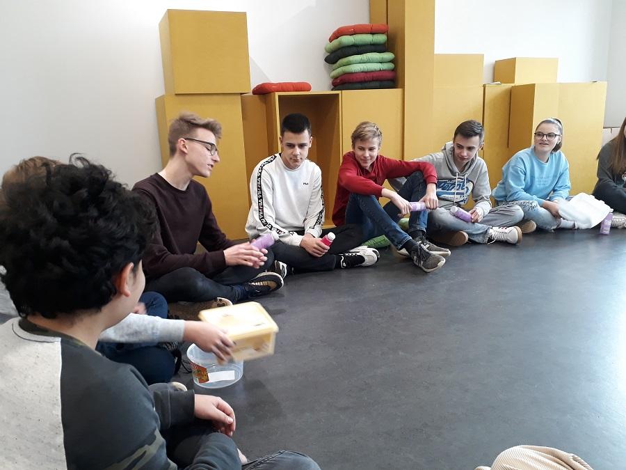 Die Schüler der Klasse 8/2 des Hegel-Gymnasiums beim Objekttheaterworkshop im Puppentheater. Foto: Karin Walter