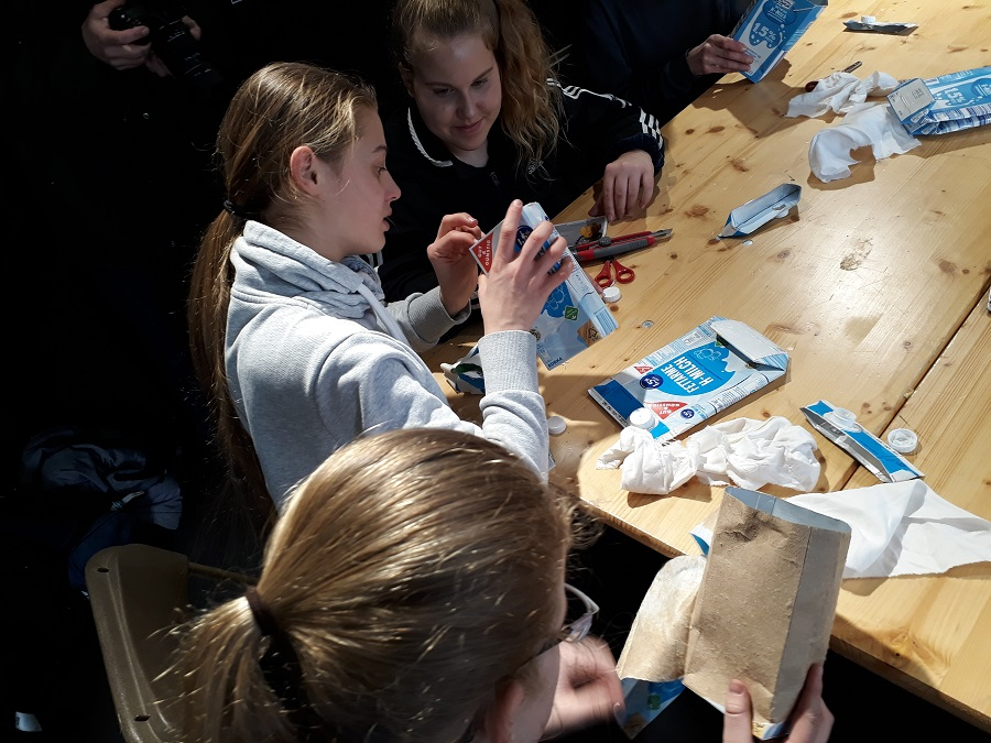 Aus alt mach neu - Die Schüler der Klasse 8/2 des Hegel-Gymnasiums recyceln alte Tetrapacks. Foto: Karin Walter